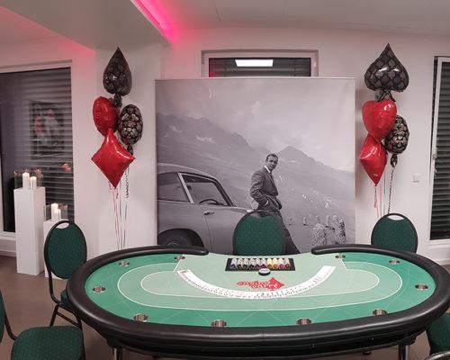 Pokertisch vor einem James Bond Poster
