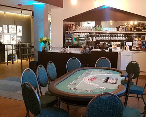 Location eines Pokertisch, neben einer Bar