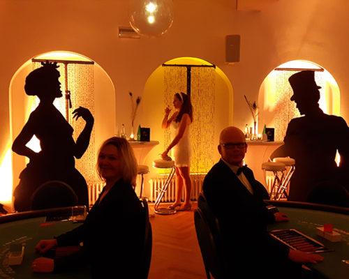 Casino im edlen dunklen Stil, mit Deko-Silhuetten