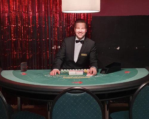 """""""Croupier Mieten"""" Mitarbeiter am Pokertisch"""