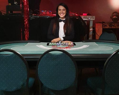 """""""Croupier Mieten"""" Mitarbeiterin am Pokertisch"""