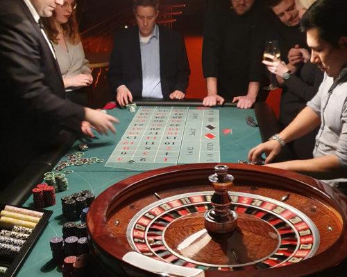 Miet-Croupier bei Aktion. Leute spielen Poker