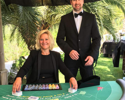 Outdoor Casino im Garten mit Palmen, im Las Vegas Stil