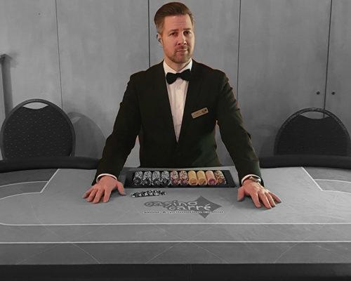 Croupier am Pokertisch mit hochwertigen Anzug