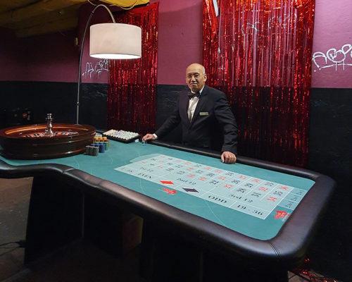 """""""Croupier Mieten"""" Senior-Mitarbeiter am Pokertisch"""